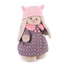 Зайка Ми в пальто и розовой шапке.