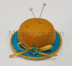 """Игольница """"Шляпка с украшением из бусин"""",цвет горчичный/бирюзовый,размер - 7,5х7,5х3 см"""