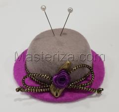 """Игольница """"Шляпка с фиолетовой розочкой"""",цвет серый/пурпурный,размер - 7,5х7,5х3 см"""